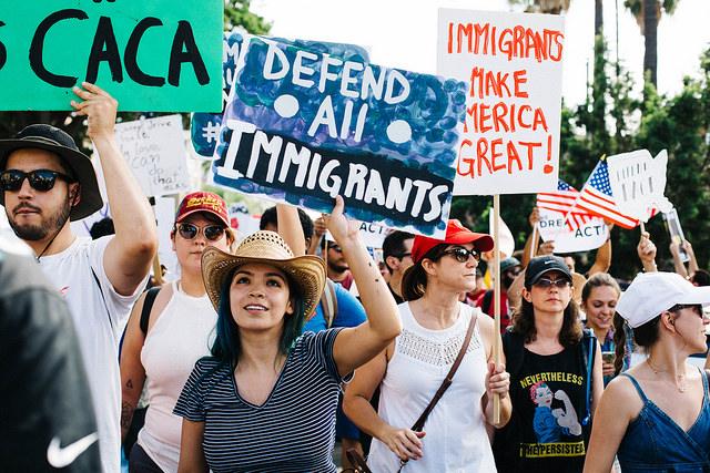 反移民政策に抗議するデモ