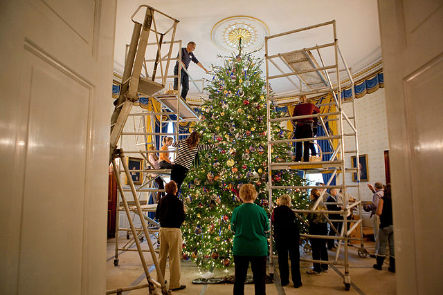 2009A_team_of_volunteers_decorates_the_official_White_House